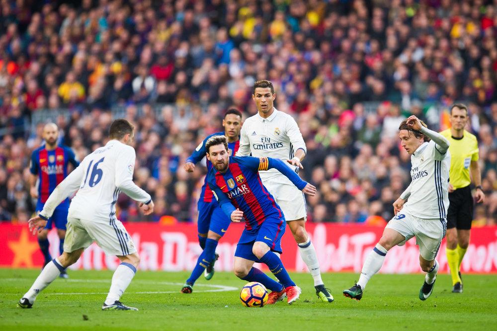 Real Madrids midtbane med Mateo Kovacic og Luka Modric overstrålede Barcelonas ditto. Her er Lionel Messi omringet.   Foto: Getty Images