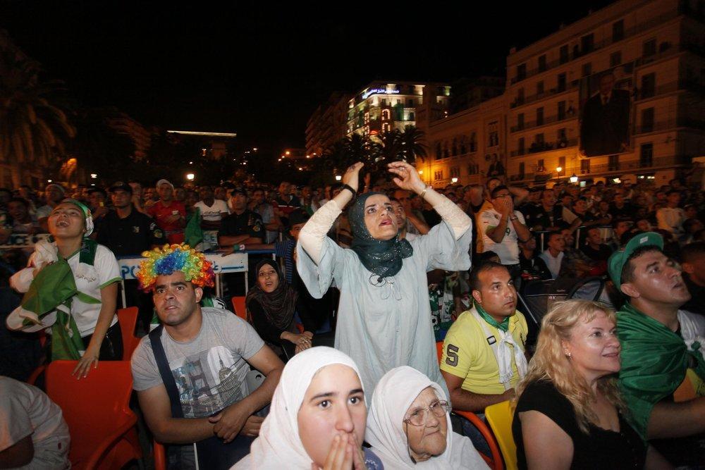 Algieriske kvinder følger med i VM-kampen mellem Algeriet og Rusland.   Foto: Getty Images