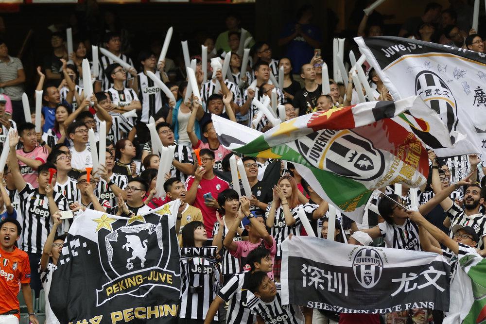 Kinesiske Juventus-fans hylder deres helte under en venskabskamp på en Asien-turné. Markedet er stort, ergo er pengene det også. Foto: Getty Images