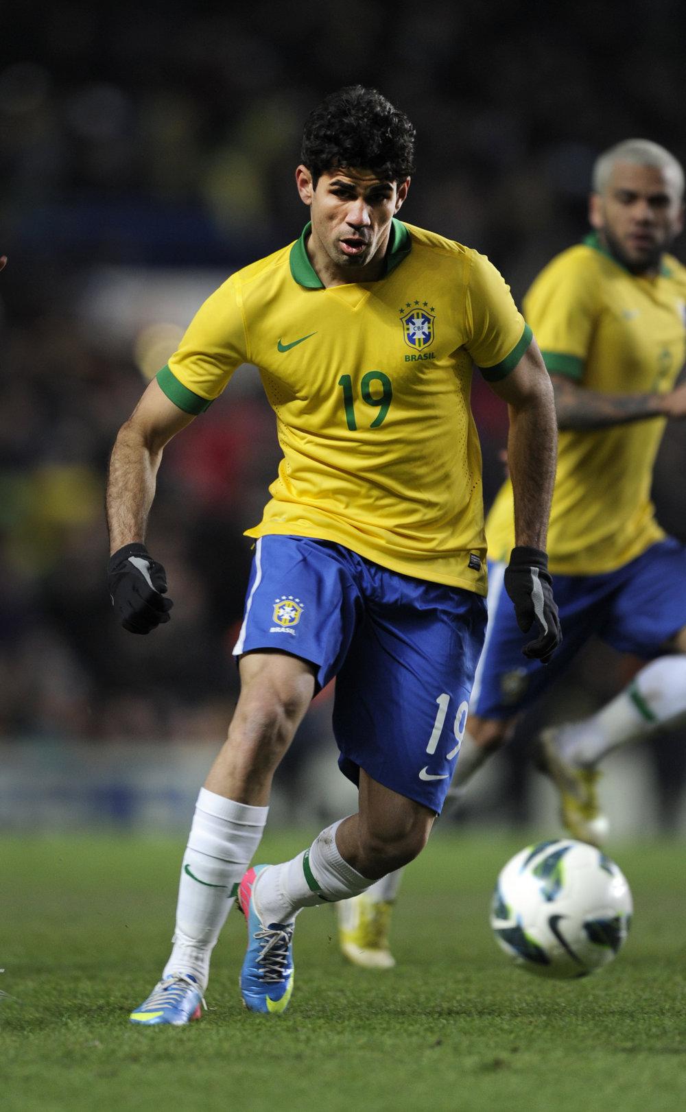Diego Costa fik sin fodboldopdragelse i Brasilien og først som 16-årig modtog han organiseret træning. Her i en landskamp for Brasilien - i dag repræsenterer han Spanien.   Foto: Getty Images