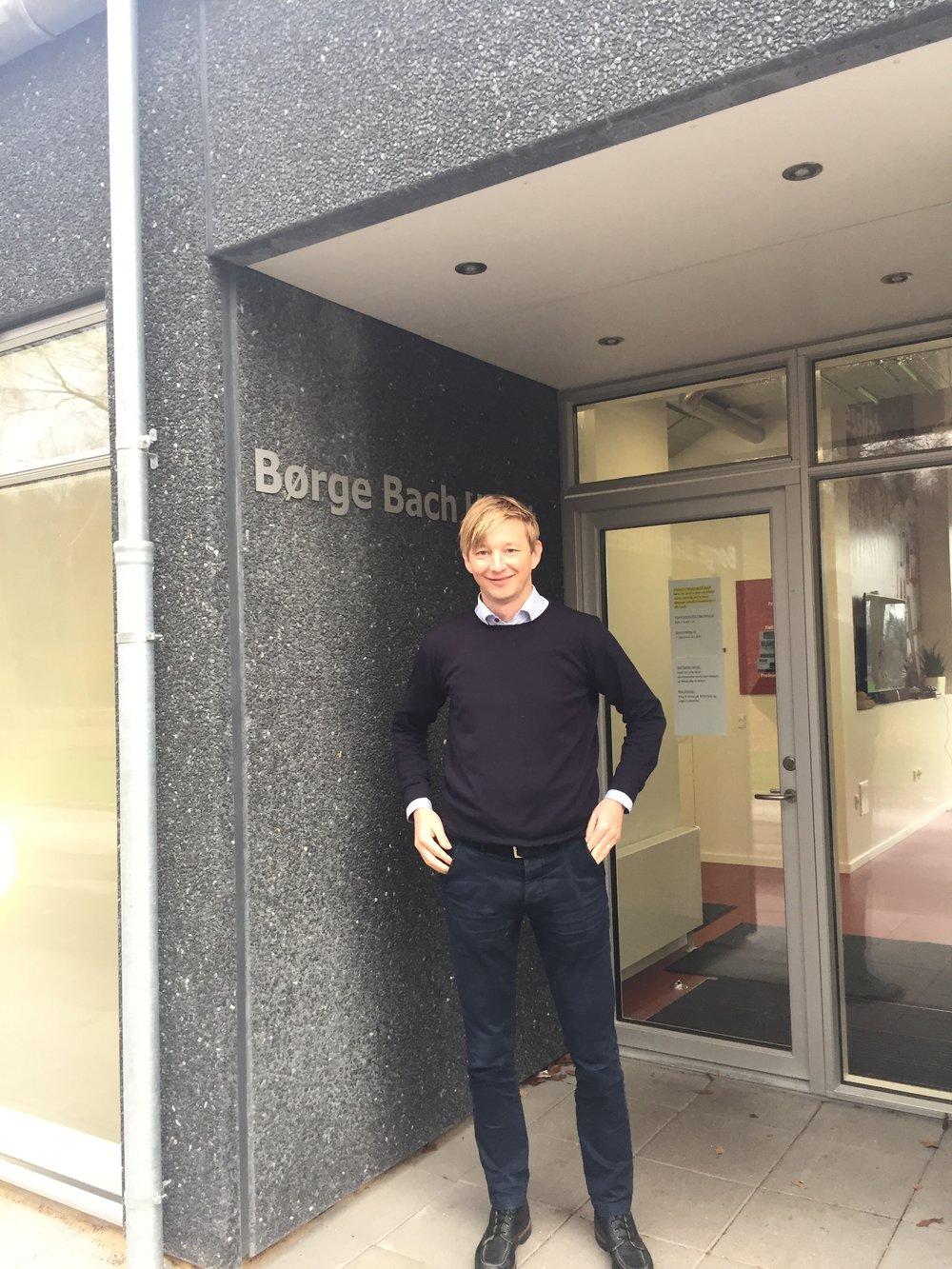 Allan Gaarde foran AaBs nye bygning til Superliga-holdet, Børge Bach Huset. Foto: Peter Brüchmann