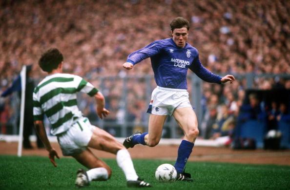 Jan Bartram i Glasgow Rangers, hvor han her i 1988 bliver udfordret af Celtics Billy Spark. Foto: Getty Images/Bob Thomas.