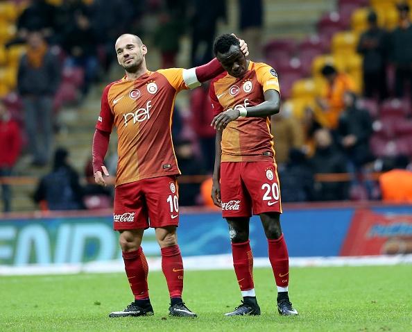 Wesley Sneijder og Bruma fejrer sejren i juledagene over Alanyaspor. Foto: Getty Images/ Berk Ozkan/Anadolu Agency.