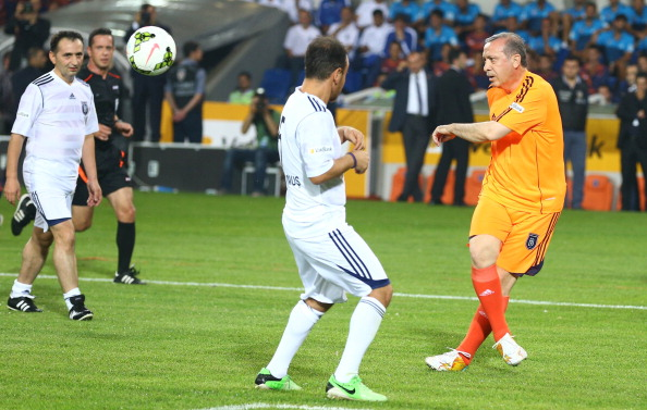 Præsident Erdogan spillede selv med og viste evner med bolden, da Basaksehir Fatih Terim Stadion blev indviet i 2014. Foto:Kayhan Ozer/Getty Images