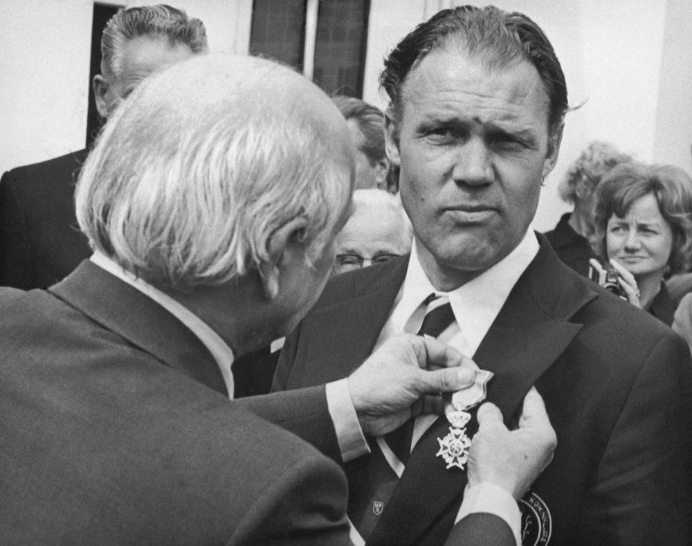 Rinus Michels modtog i 1974 en kongelig anerkendelse - omend overrakt af landets statsminister - for skabelsen af totalfodbold, der revolutionerede moderne fodbold. Foto: Getty Images