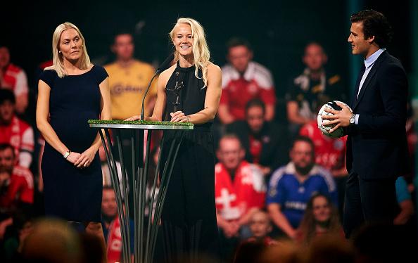 Pernille Harder på podiet til den svenske kåring, hvor hun blev kåret til årets angriber og årets mest værdifulde spillere. Foto: Getty Images/Lars Rønbøg
