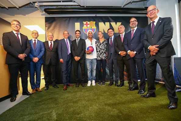 Line Røddik er tidligere blevet fotograferet ved siden af Lionel Messi i Barcelona. Her står hun ved siden af Ronaldinho, da Barcelona åbnede et kontor i New York. Foto: Getty Images.