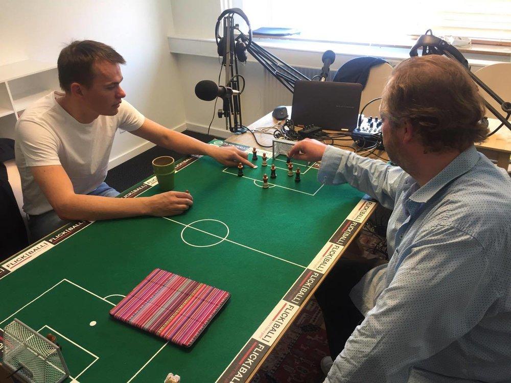 Jesper Thyme fra Eye4Talent og Claus Møller Henriksen igang med Flickball-bordet i Medianos studie med at analysere spil, chancer og 'danger zone'.