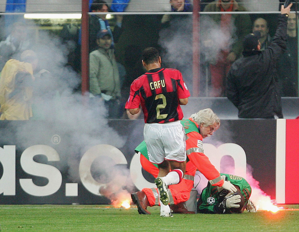 Det legendariske opgør mellem Inter og Milan i kvartfinalen bliver også husket for en solid omgang pyroteknik. Foto: Getty Images
