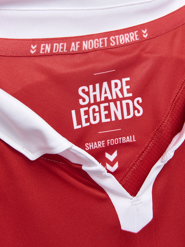 Share legends, Share Football, skriver hummel inde i trøjen.