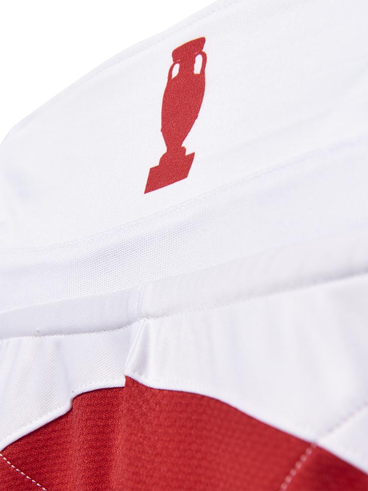 Når man vipper kraven op på den nye trøje, kommer en pokal til syne.