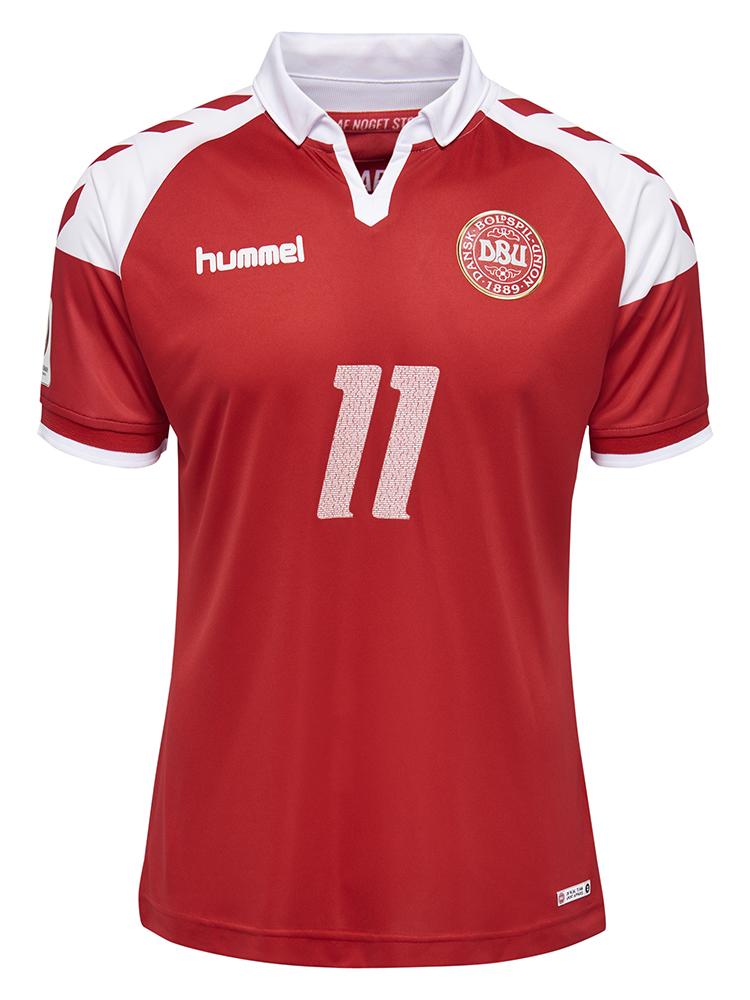 Sådan ser hummels jubilæumstrøje ud. Den sælges fra tirsdag. Spillere og træneres navne fra 1992 er skrevet ind i tallet, der er på både mave og ryg af den nye trøje.