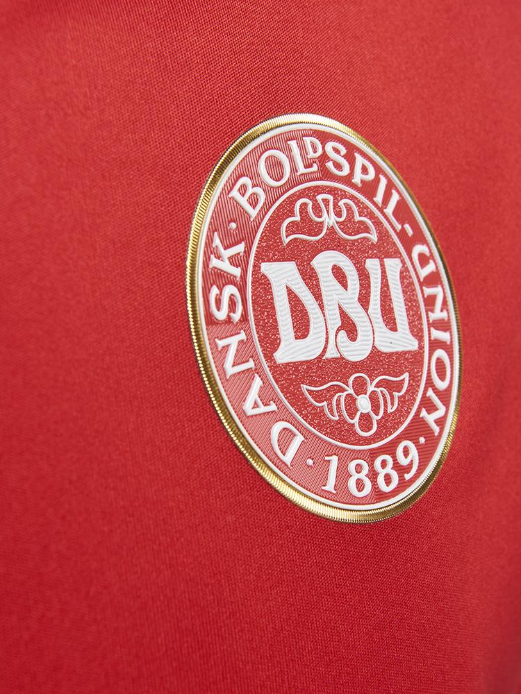Der er broderet guld-outline rundt om DBUs logo på den nye trøje.