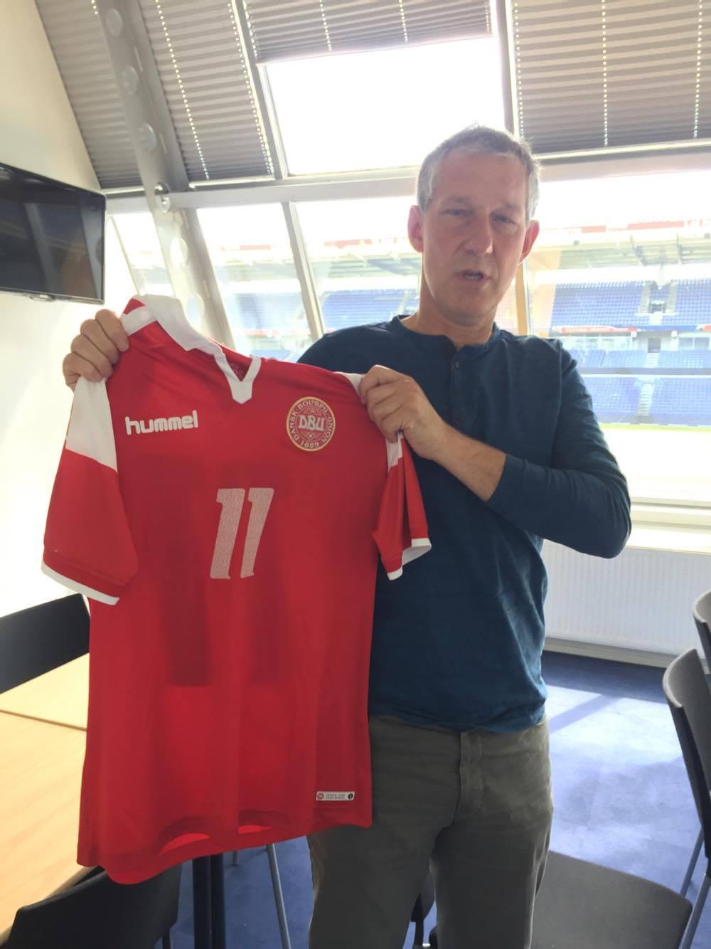 Kim Vilfort, som han ser ud i dag, med den nye jubilæumstrøje fra hummel.