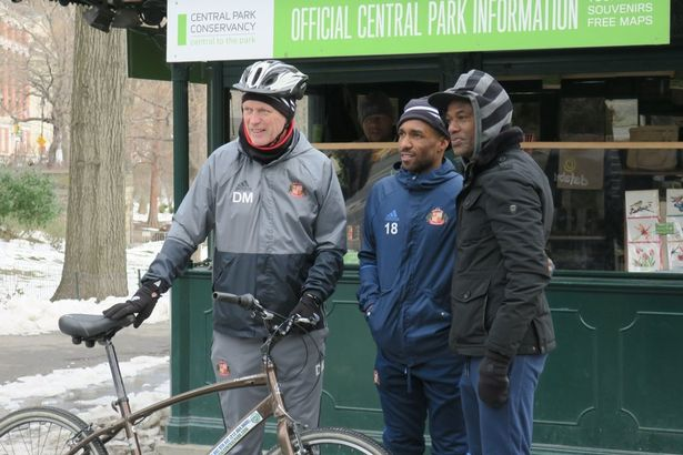 Manager David Moyes med høj hjelm i Central Park.  Foto: Sunderland AFC
