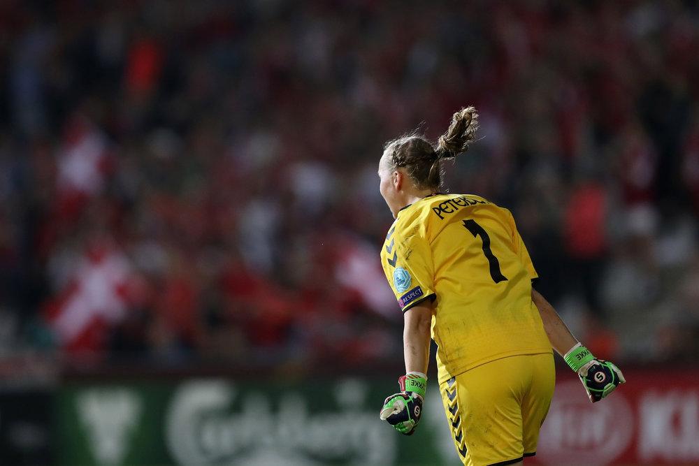 Stina Lykke fejrer det danske mål til 1-0. Foto: Getty Images/Maj Hitij