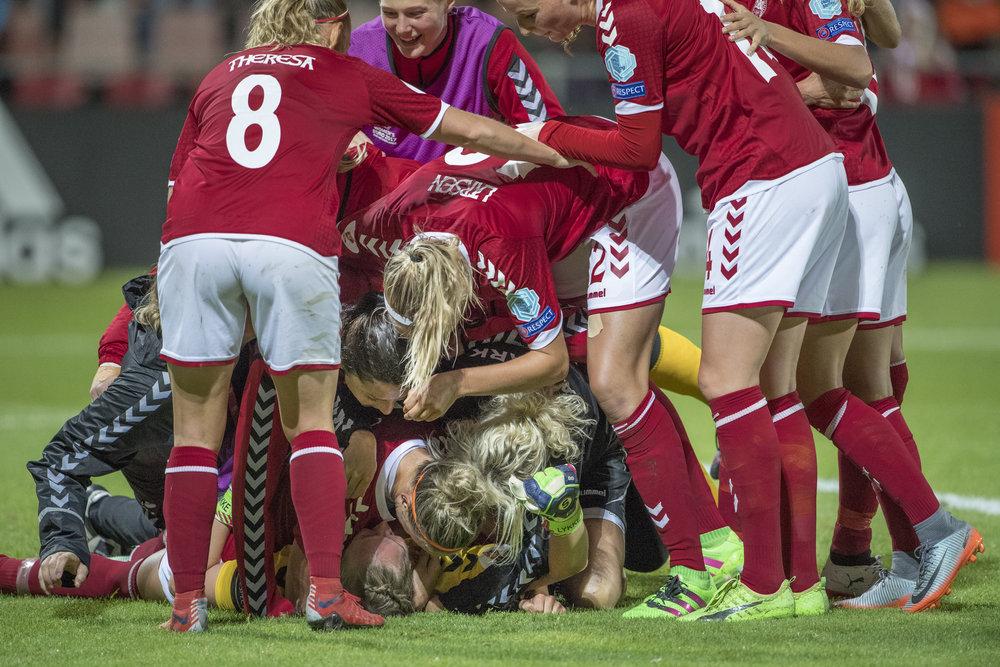 Stina Lykke tiljubles - fortjent - af resten af holdet efter en stor præstation i målet. Foto: Trond Tandberg/Getty Images