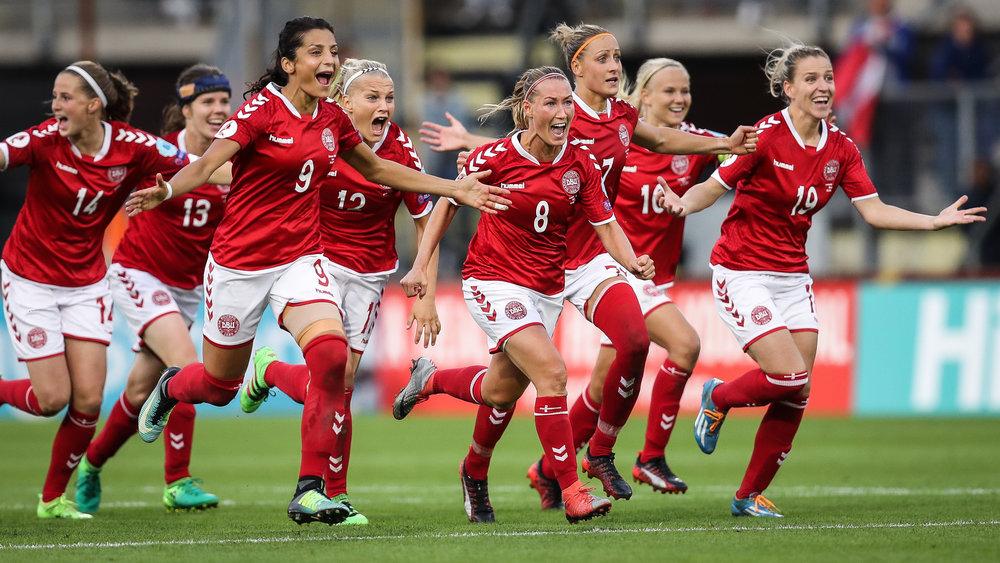Simone Boye har definitivt afgjort EM-semifinalen, og de danske spillere løber hende i møde. Foto: Getty Images/Maja Hitij