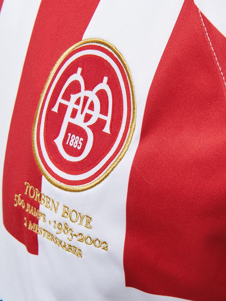 AaB har i samarbejde med hummel lavet denne trøje, hvor Torben Boyes position som klublegende markeres blandt andet under klubbens logo.