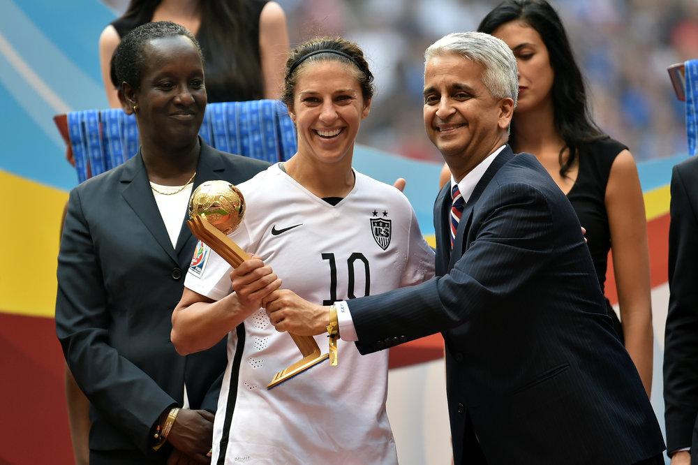 Sunil Gulati, formand for det amerikanske fodboldforbund, har opnået størst succes på kvindesiden - her med VM-trofæet i 2015.