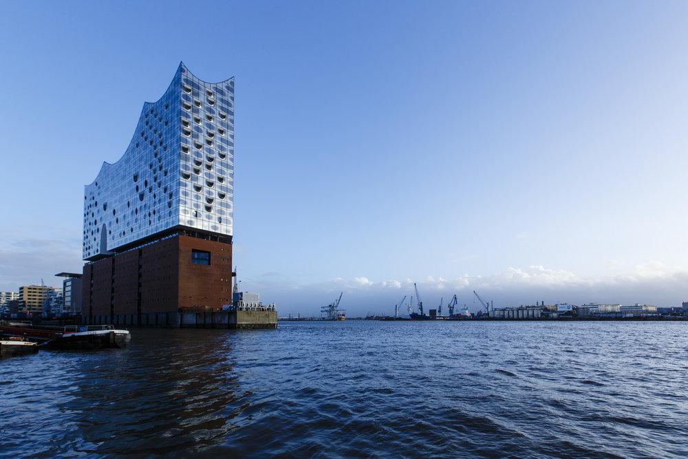 Den høje og imponerende bygning, Elbphilharmonie i Hamburg. Foto: Getty Images.