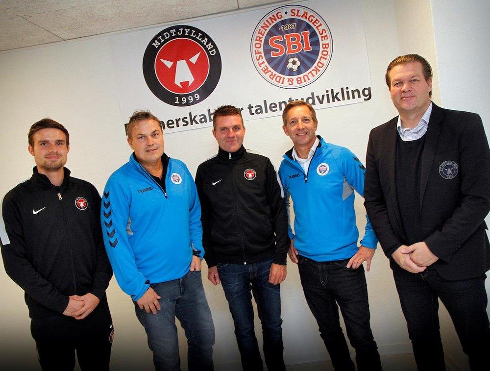 Lars Hallengreen i tiden i FC Midtjylland, hvor han her (yderst th) poserer i forbindelse med et klubsamarbejde med Slagelse. Foto: FC Midtjylland