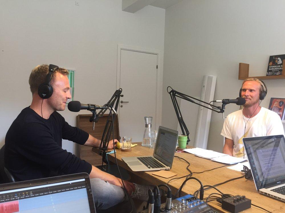 Her et et billede fra det nuværende studie på Nattergalevej i København NV, hvor de tidligere landsholdsspillere Lars Jacobsen og Christian Poulsen taler Premier League med Adam Møller Gomaa.