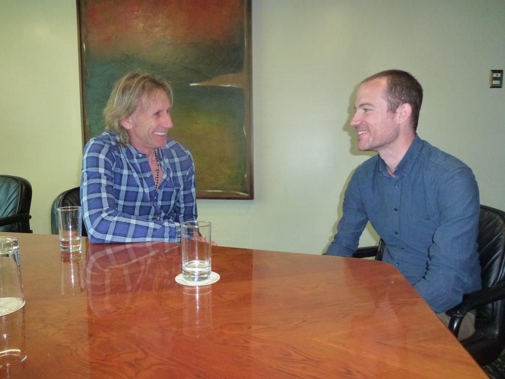 Perus landstræner Ricardo Gareca (tv) i samtale med Morten Glinvad.