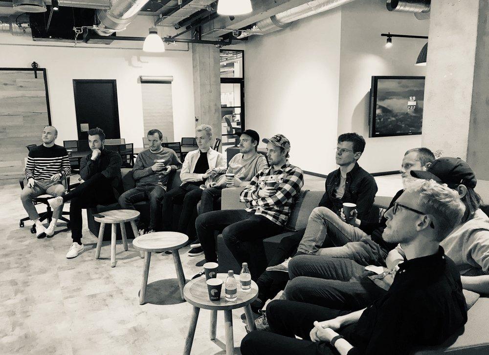 Her ses holdet samlet til det første møde hos AL², som er en slags 'fremtidens bank' skabt af Arbejdernes Landsbank og beliggende ved Nørreport i København.