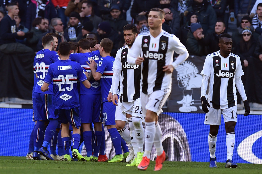 Klynge om Sampdorias Quagliarella, mens Cristiano Ronaldo gør klar til at slå igen. Foto: Getty Images