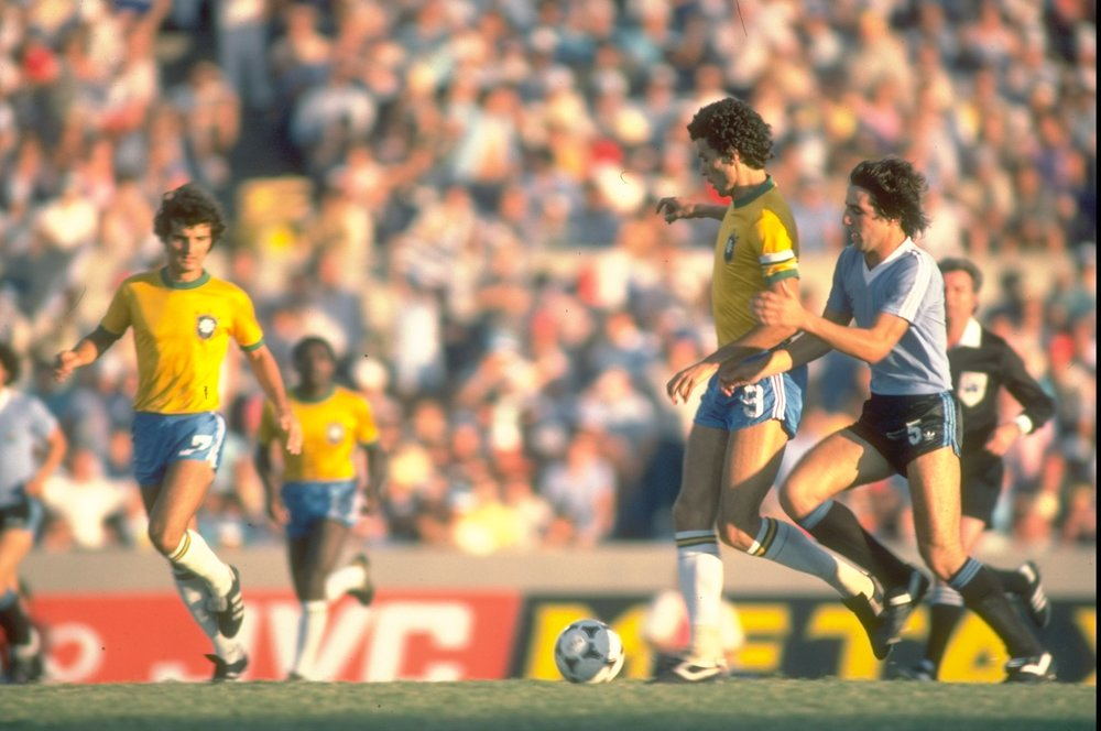 Sócrates i aktion i Brasiliens 3-1-sejr over Argentina under VM i Spanien i 1982. Foto: Getty Images/Allsport UK