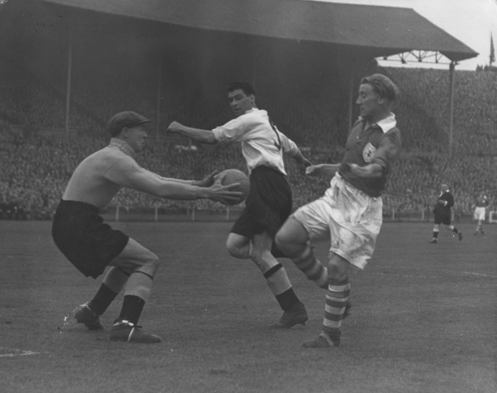 FA Cup-finalen 1946. Derby-målmand Victor Woodly i aktion over for Bert Turner. Foto: Allsport Hulton/Getty Images.