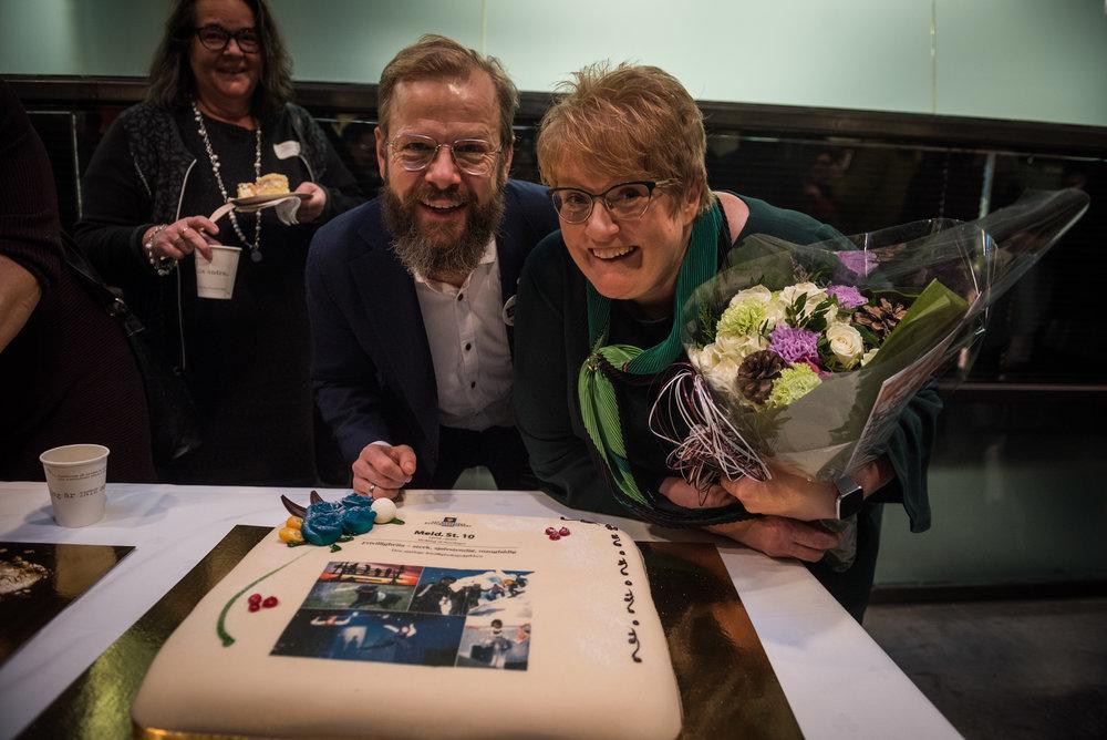Styreleder i Frivillighet Norge Heikki Holmås og Kulturminister Trine Skei Grande feirer ny Frivillighetsmelding med kake