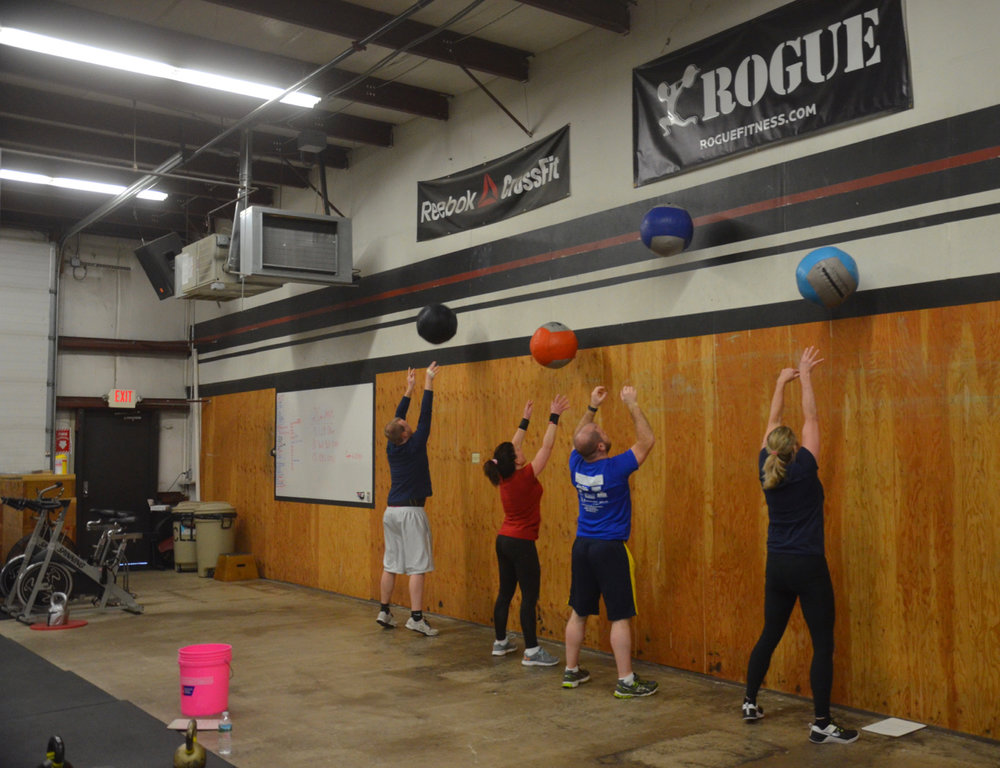 The 6pm class working through their 10 wall ball.