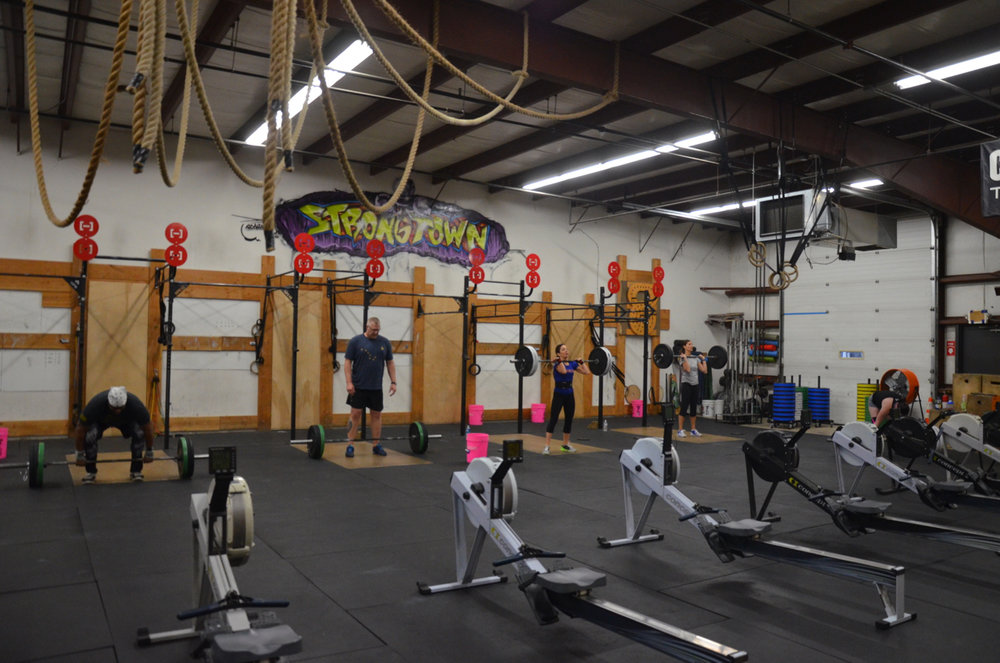 The 8am class during their first round of 125/95lb power cleans.