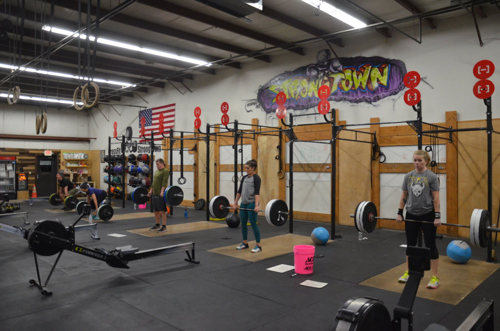 The 6am class during the 5 minute AMRAP of wall-ball & deadlifts.