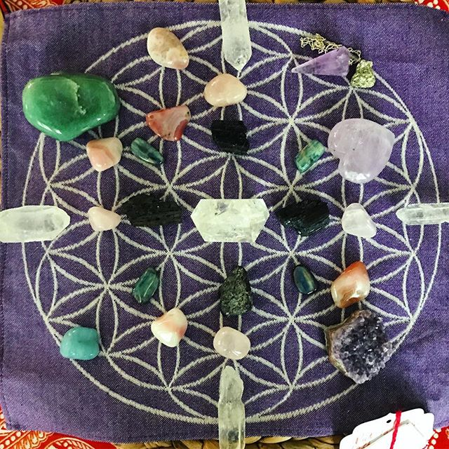 This weekend's #crystalgrid for #selflove 💜🙏🔮