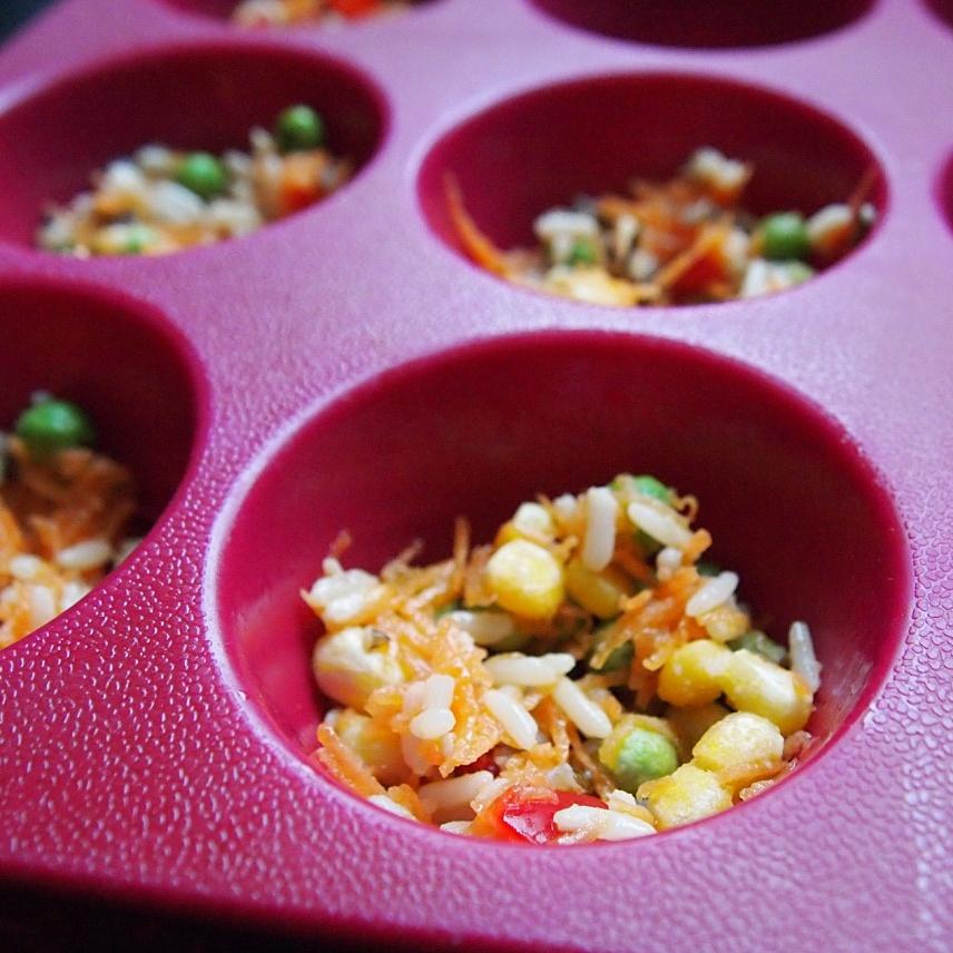 Reilu ruokalusikallinen on passeli määrä täytettä. Tässä kypsää riisiä, herne-maissi-paprikaa ja porkkanaraastetta.