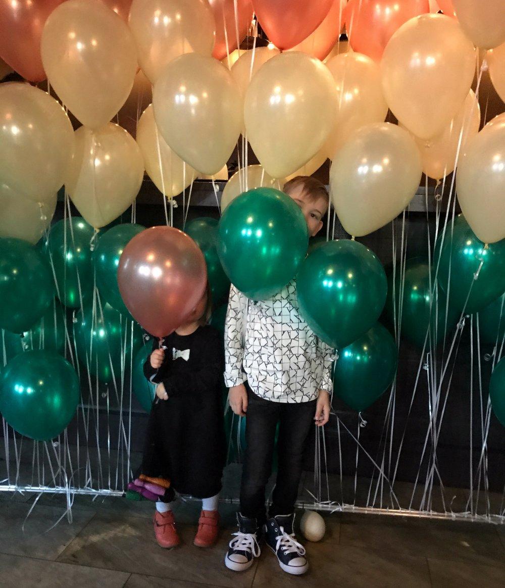 Ilmapallokeskuksen  tyypit kävivät rakentamassa ilmapalloseinän tuosta noin vaan. Ja pallot on muuten 100% biohajoavia.Iriksen rusettimekko ja Noan paita  Omin.fi