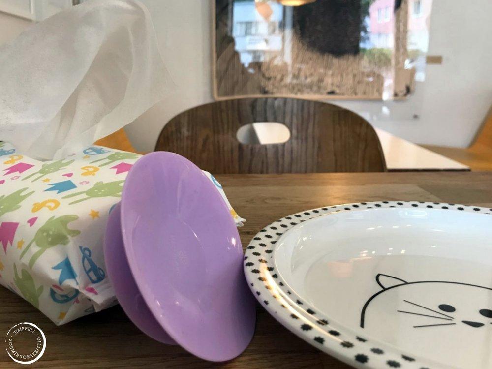 Ravintolasta saat kyllä lapselle lautasen, eikä sen putoaminen lattialle ole katastrofi. Ei ole silti väärin tuoda apuvälineitä mukanaan.