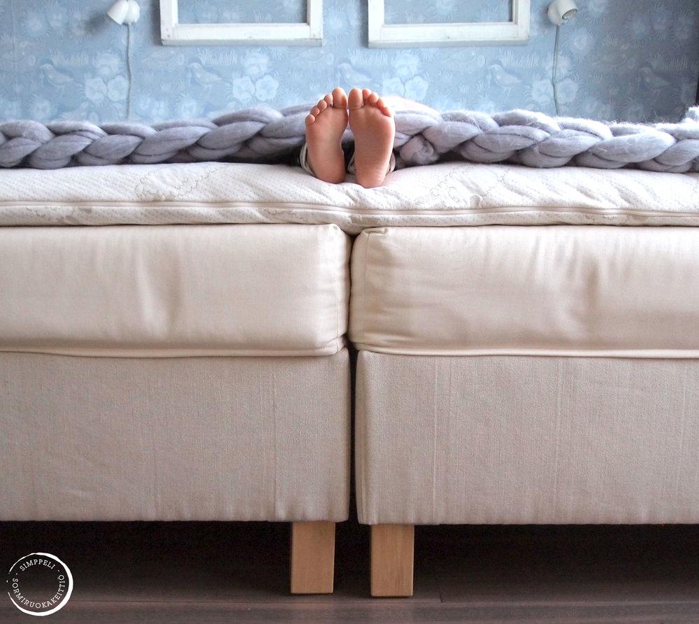 Kuvissa näkyvä sänky on Porin Villan ja Peitteen mallistosta
