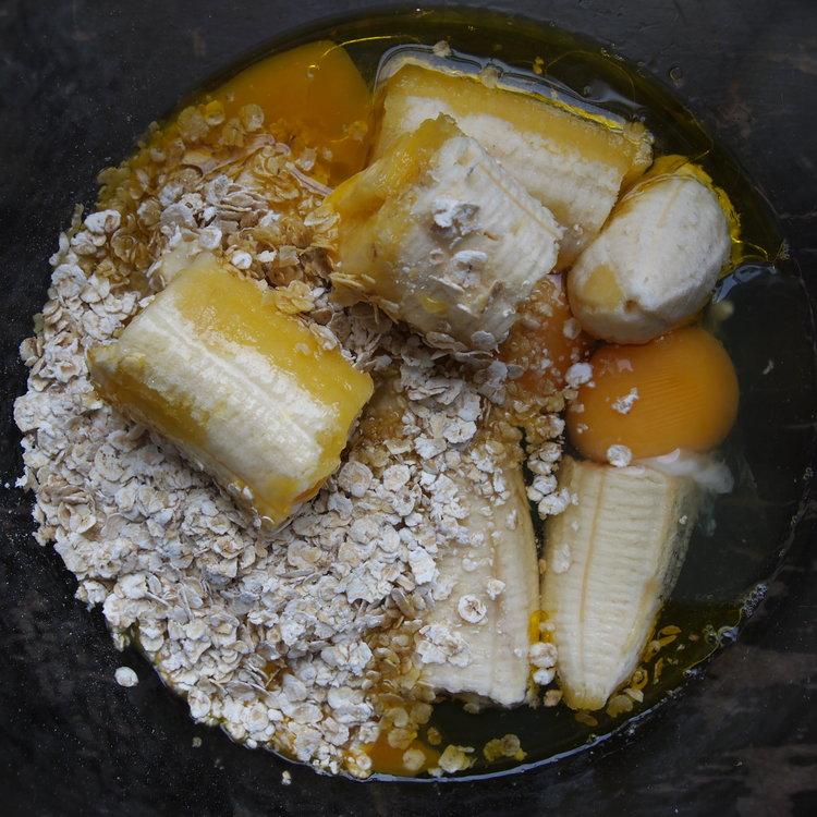 Banaanipannukakun vääntämiseen ei tarvita montaa ranneliikettä. Syötävää riittää useammallekin!