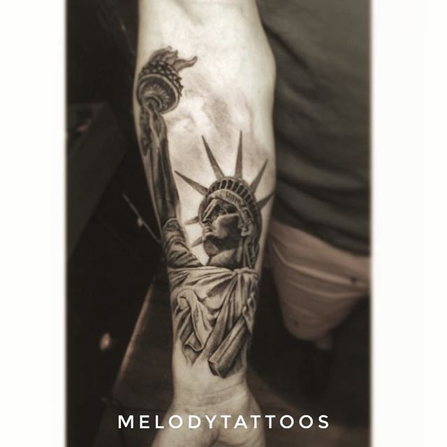 🍎🗽❤️ by @melodytattoos_portfolio