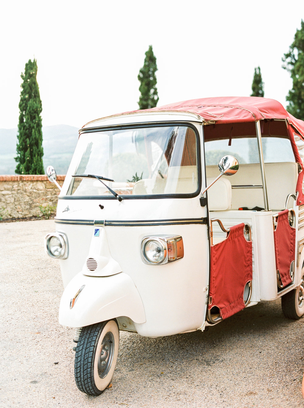 Imagine leaving your wedding reception and waving goodbye to family and friends from this adorable traditional Italian car...