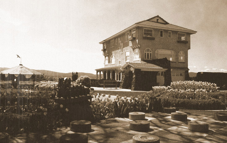 Vintage Cliff House Courtyard