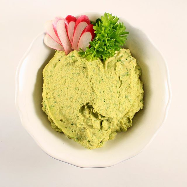 Hummus Verde! Amazingly versatile, use it as a dip or as a spread on sandwich and wraps. It will add a beautiful touch.  Find the recipe on our website link on our profile. #Theseasoningsecret #Enhancefood #hummus #spread #verde #delicious