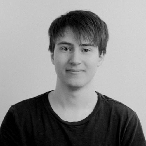 Zachary Blais   Trouvé dans une ruelle sombre de Beloeil, Zac est gradué de Poudlard en animation 3D. La légende raconte qu'il a commencé à faire des renders avant sa première dent de lait. Ne lui parlez pas de fruits dans une salade.