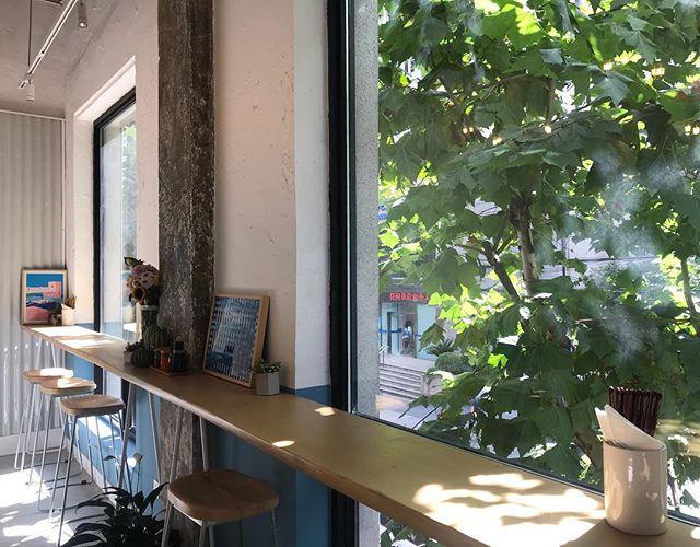 Sunny windows at the new #Littlecatch #yanping. Now OPEN! 2/F, 98 Yanping Road, near Wuding Road. Jingan, Shanghai. #poke #shanghai #littlecatchshanghai #shanghaieats