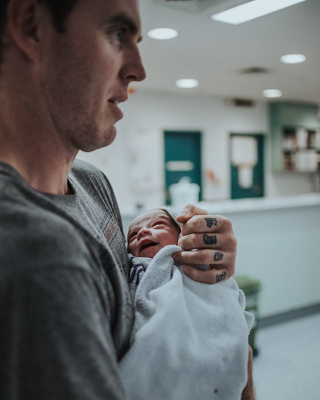 Just minutes old smiling up at his daddy, immediately recognising and finding comfort in his voice. ⠀⠀⠀⠀⠀⠀⠀⠀⠀ .⠀⠀⠀⠀⠀⠀⠀⠀⠀ .⠀⠀⠀⠀⠀⠀⠀⠀⠀ .⠀⠀⠀⠀⠀⠀⠀⠀⠀ .⠀⠀⠀⠀⠀⠀⠀⠀⠀ .⠀⠀⠀⠀⠀⠀⠀⠀⠀ .⠀⠀⠀⠀⠀⠀⠀⠀⠀ #birth #birthphotography #herveybaybirthphotographer⠀⠀⠀⠀⠀⠀⠀⠀⠀ #herveybayphotographer #photography #frasercoast #baby #runwildmychild #clickinmoms #childhood #childhoodunplugged #camera #letthekids #letthembelittle #filmpresets #herveybay #motherhood #documentaryphotography #stephjordanpresets #magicofchildhood #lifestylephotography #lifestylephotographer #lightroompresets #wildandbravelittles #inbeautyandchaos #letthemexplore #letsclicksoc #fotopresets #filtergrade