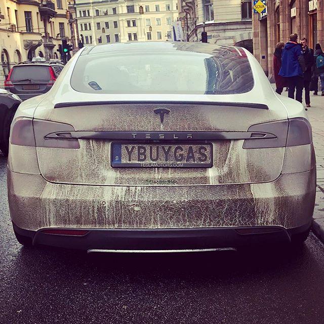 YBUYGAS? . . . . . #tesla #electriccar #winterdriving #stockholm #igsweden
